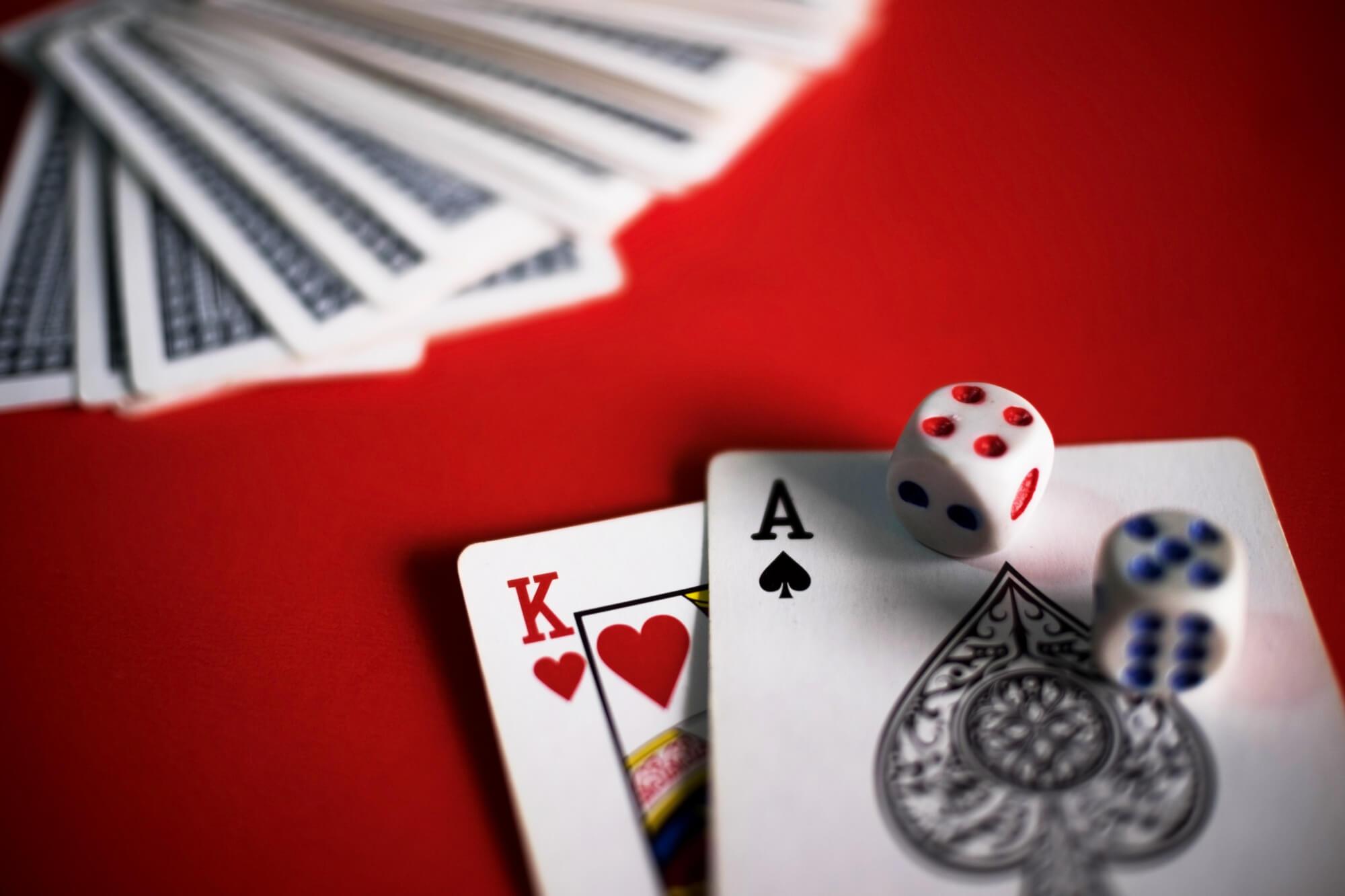 Parhaat korttipelit kahdelle viihdyttävät sateisena mökkipäivänä